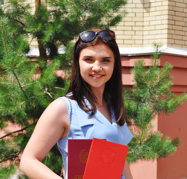 Молодой педагог Юлия Сычева с Дипломом об образовании (фото предоставлено сош №1)