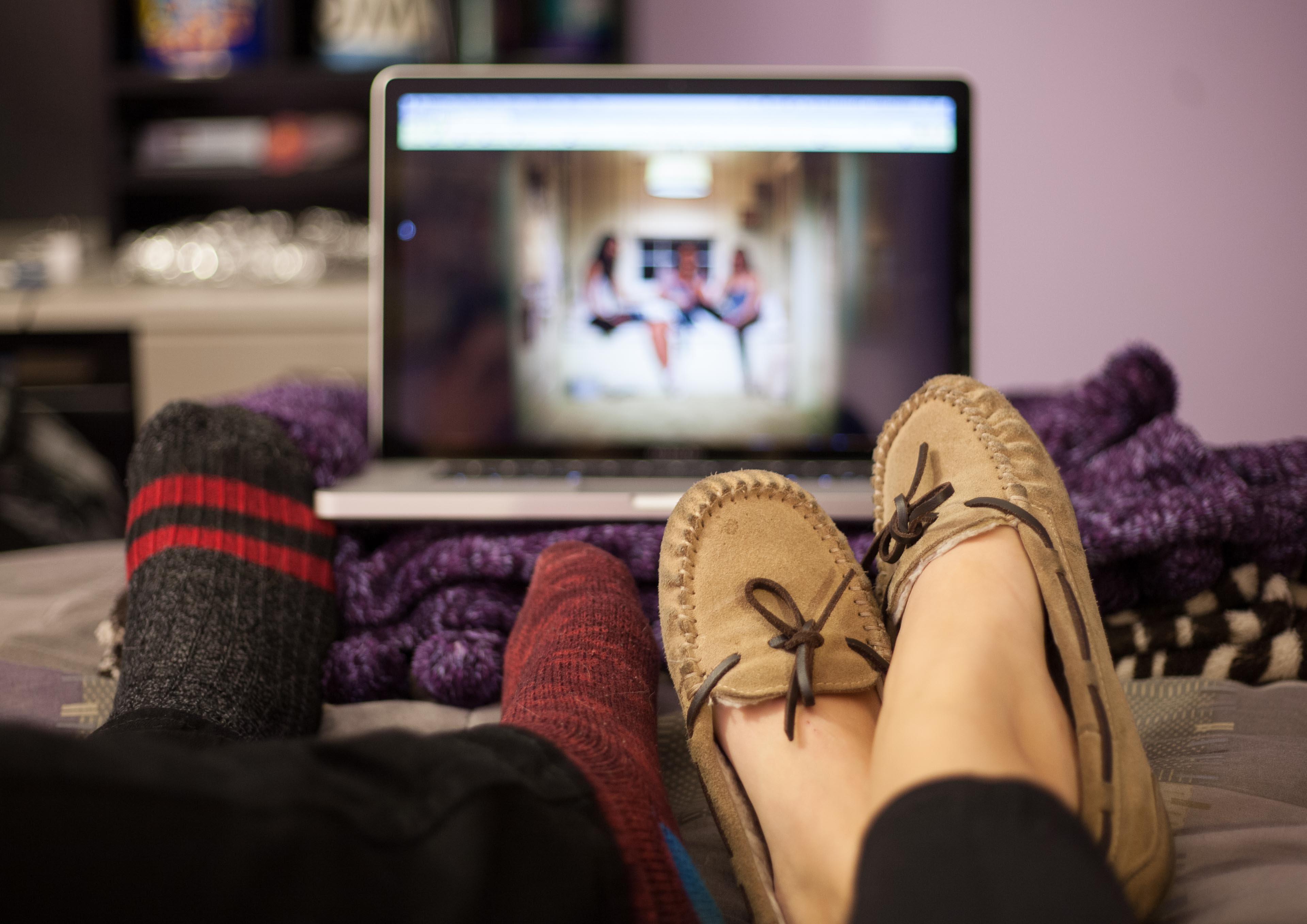 недорогого практичного картинка ноги и телевизор безопасный удобный способ